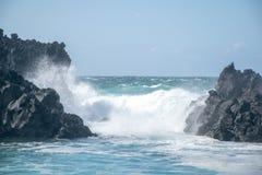 océan rugueux se brisant sur les roches photo libre de droits