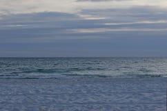 Océan tricolore avec des nuages de clairière Photos stock