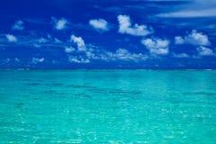 Océan tropical avec le ciel bleu avec des couleurs vibrantes Photographie stock libre de droits