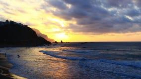 Océano amarillo de la puesta del sol con las personas que practica surf almacen de video