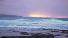 Océano antes de la tormenta en la puesta del sol almacen de metraje de vídeo