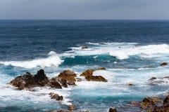 Océano Atlántico agita la tierra de Portugal Azores de la naturaleza de la isla volcánica Foto de archivo libre de regalías
