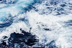 Océano Atlántico con agua azul en un día soleado Ondas, espuma y estela causadas por el barco de cruceros en el mar Fotografía de archivo