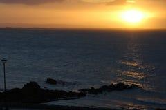 Océano Atlántico en el amanecer - bahía de Galway, Irlanda Imagen de archivo