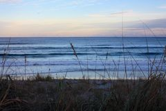 Océano Atlántico en la Florida cerca de la puesta del sol Imagenes de archivo