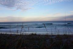 Océano Atlántico en la Florida cerca de la puesta del sol Fotografía de archivo
