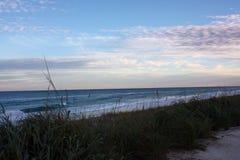 Océano Atlántico en la Florida cerca de la puesta del sol Fotos de archivo