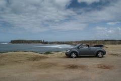 Océano Atlántico, Portugal, el 25 de abril de 2011, un viaje a Volkswagen New Beetle para Portugal, Volkswagen Beetle es un conve Fotografía de archivo