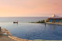 Océano azul con la piscina del hotel de lujo fotos de archivo