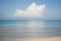 Océano azul con las nubes grandes Foto de archivo libre de regalías