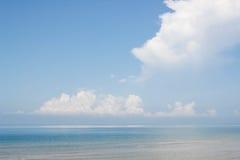 Océano azul con las nubes grandes Imagenes de archivo