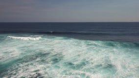 Océano azul hermoso en Bali Indonesia almacen de metraje de vídeo