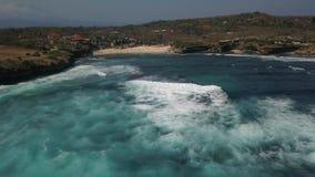 Océano azul hermoso en Bali Indonesia metrajes