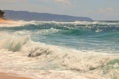 Océano azul hermoso y playa arenosa en la isla de Oahu en Hawaii fotos de archivo libres de regalías