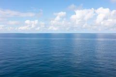 Océano azul tranquilo Fotos de archivo