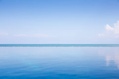 Océano azul vacío y cielo azul: Visión desde la piscina del infinito Fotos de archivo