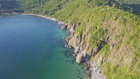 Océano azul y verde Hilly Rocky Coast de la visión aérea