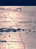 Océano bajo cubierta transparente del hielo El resplandor del sol en el hielo plano Fotografía de archivo