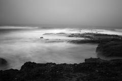 Océano blanco y negro escénico Imagenes de archivo
