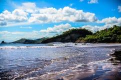 Océano con las montañas Fotos de archivo