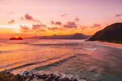 Océano, costa y puesta del sol con las nubes Mar con colores de la puesta del sol Fotografía de archivo libre de regalías