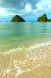 Océano cristalino en la playa en Krabi, Tailandia. imagenes de archivo