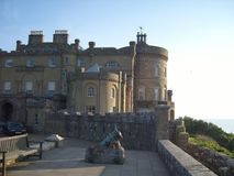 Océano de desatención del castillo escocés fotos de archivo libres de regalías