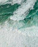 Océano de la visión aérea con las ondas fotografía de archivo