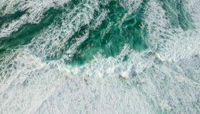 Océano de la visión aérea con las ondas foto de archivo libre de regalías