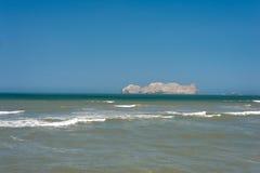 Océano de South Pacific en Lima Peru con Isla San Lorenzo en fondo Foto de archivo
