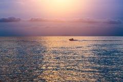 Océano del agua azul de la opinión de la puesta del sol de la onda del mar tranquilo Imagen de archivo