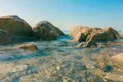 Océano del mar tranquilo con la piedra de la roca Fotos de archivo