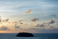 Océano e isla hermosos de la opinión del paisaje en viaje asiático fotografía de archivo libre de regalías