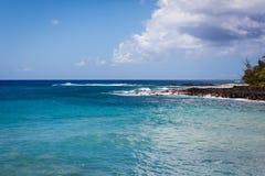 Océano en la playa de Poipu en Hawaii Fotografía de archivo libre de regalías