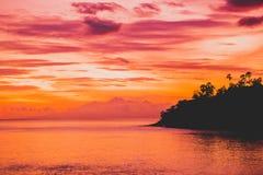 Océano en la puesta del sol o la salida del sol brillante en el océano Mar con colores calientes de la puesta del sol Imagenes de archivo