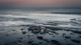 Océano gris y puesta del sol en colores pastel imágenes de archivo libres de regalías