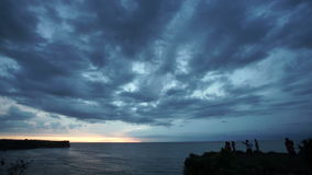 Océano hermoso bajo tiempo-lapes coudy del cielo de la puesta del sol metrajes