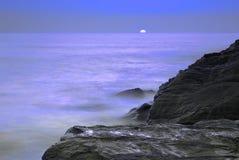 Océano iluminado por la luna foto de archivo libre de regalías