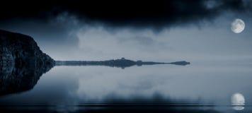 Océano iluminado por la luna fotos de archivo libres de regalías