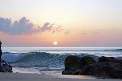 Océano mágico atlántico Mañana Salida del sol sobre el horizonte Grandes momentos de un nuevo día Imagen de archivo