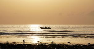 Océano mágico Salida del sol sobre el Atlántico Mañana Foto de archivo