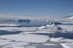 Océano meridional e islas antárticas cerca del Peninsul antártico Foto de archivo libre de regalías