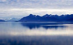 Océano, montaña, cielo. Capas Alaska Foto de archivo libre de regalías