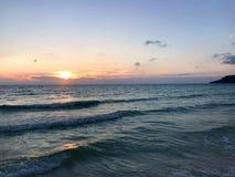 Océano, ondas, palmas, palmas Camboya de las puestas del sol fotos de archivo