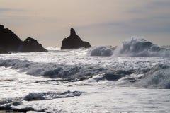 Océano, ondas, rocas Imágenes de archivo libres de regalías
