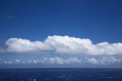 Océano Pacífico con las nubes. Imagenes de archivo