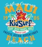 Océano Pacífico de Hawaii del equipo del niño que practica surf Foto de archivo