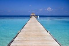 Océano Pacífico de madera Wat del embarcadero y de la turquesa del centro turístico isleño de Maldivas imagen de archivo