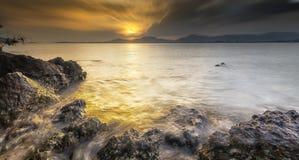 Océano Phuket Tailandia de la puesta del sol del paisaje marino Fotos de archivo