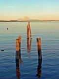 Océano, postes y montaña Fotos de archivo libres de regalías